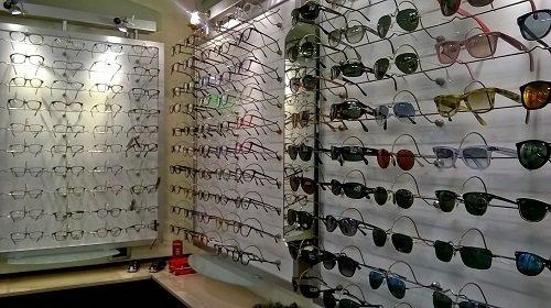 degli occhiali da sole da vista in esposizione
