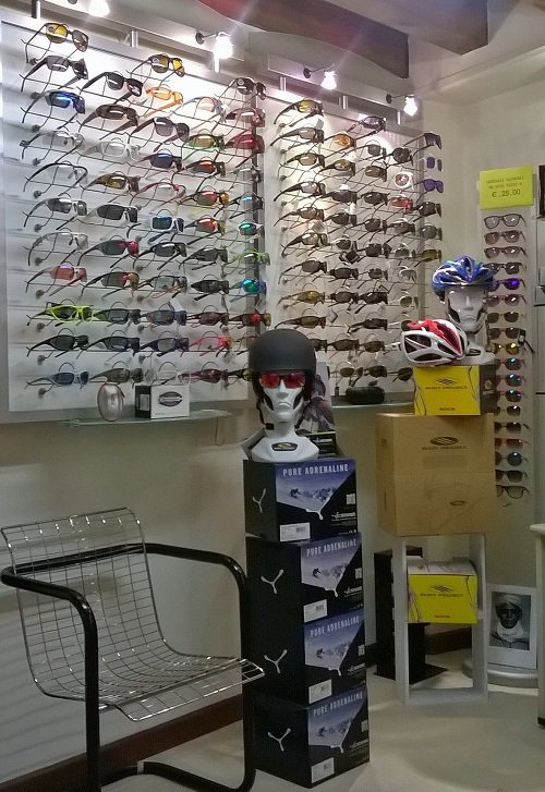degli occhiali da sole esposti e delle teste di manichino con caschetti e occhiali