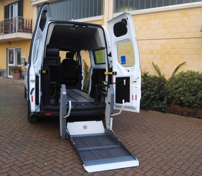 Mittelgroße Fahrzeuge für den Transport von Behinderten