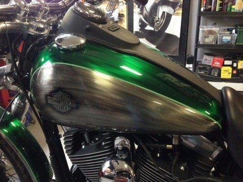 Harley Davidson con il serbatoio e quelli parafanghi di colori customizzati