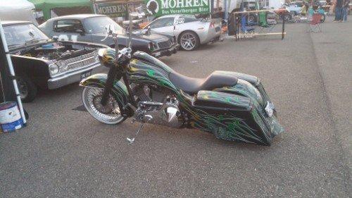 Moto con il motore customizzato, il serbatoio, i parafanghi e le casse laterali in colori giallo e verde