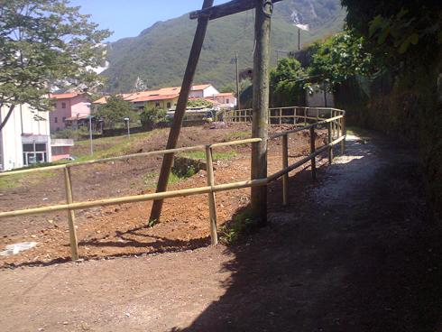 La ditta si occupa della posa di staccionate e della costruzione di recinzioni in legno.