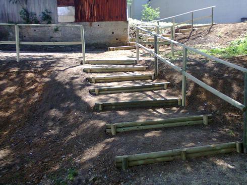 Volete creare delle scalinate in legno in un parco? Rivolgetevi alla ditta Di Guardo.