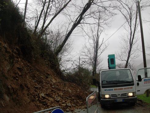 Si effettuano lavori di pulizia stradale. Si interviene in maniera urgente.