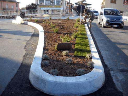 Il personale della ditta Di Guardo cura le aiuole comunali piantando fiori e alberi.