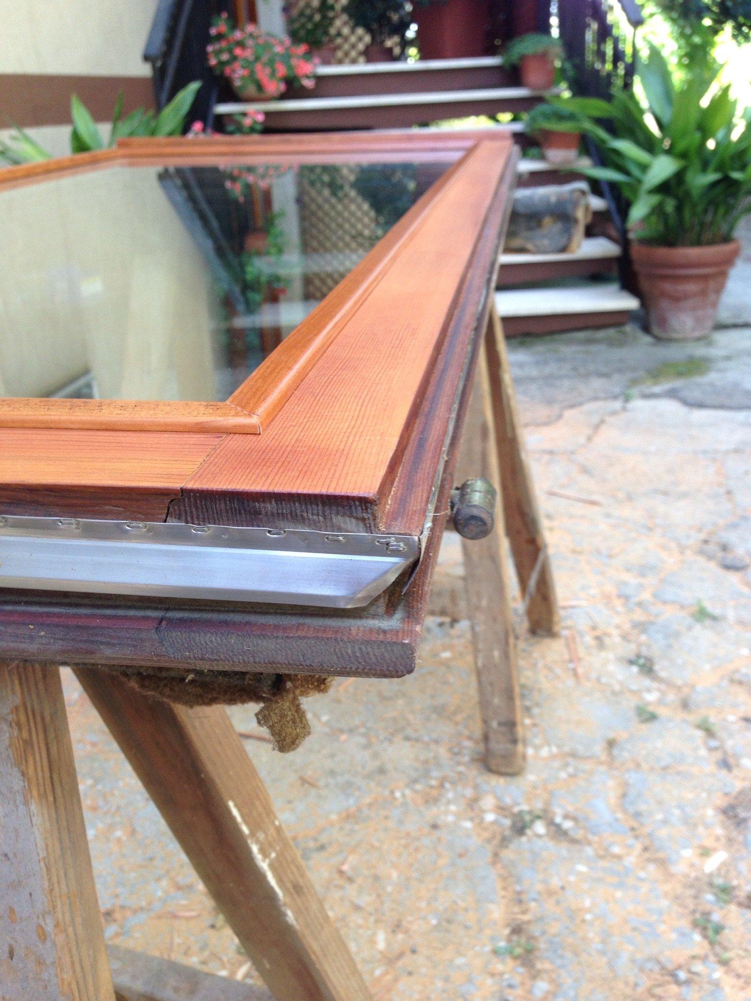 particolare guarnizione in acciaio di una finestra douglas