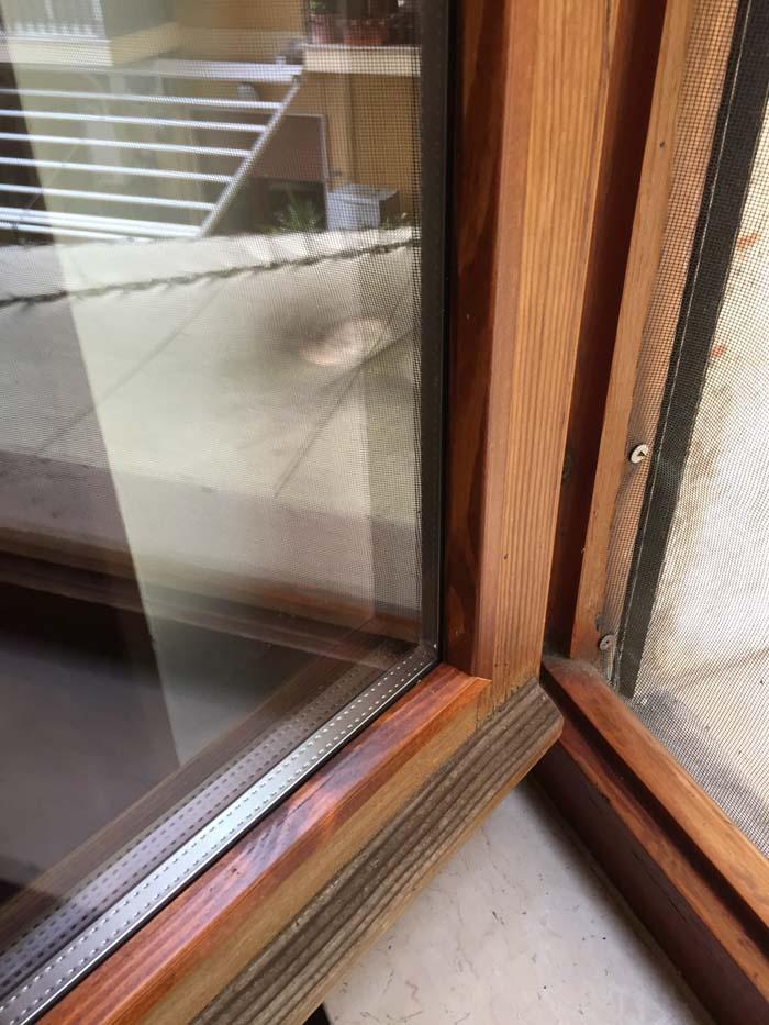 angolo di due finestra in legno