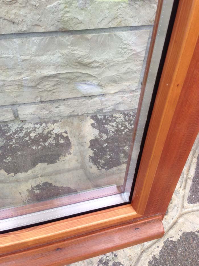 particolare di un doppio vetro termico su vecchia finestra all'inglese