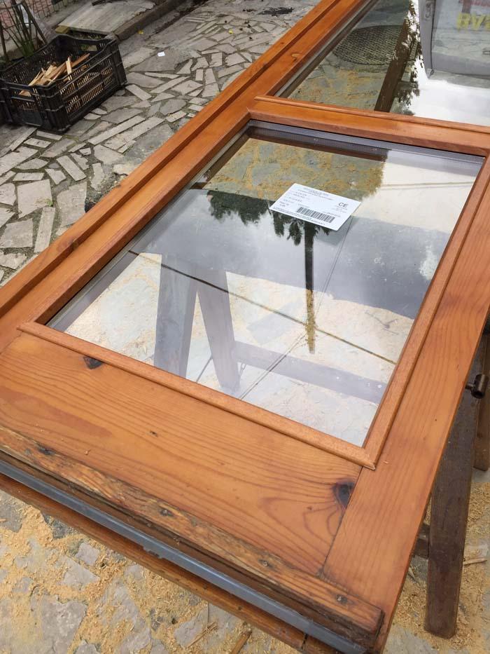 finestra in legno con doppio vetro montato