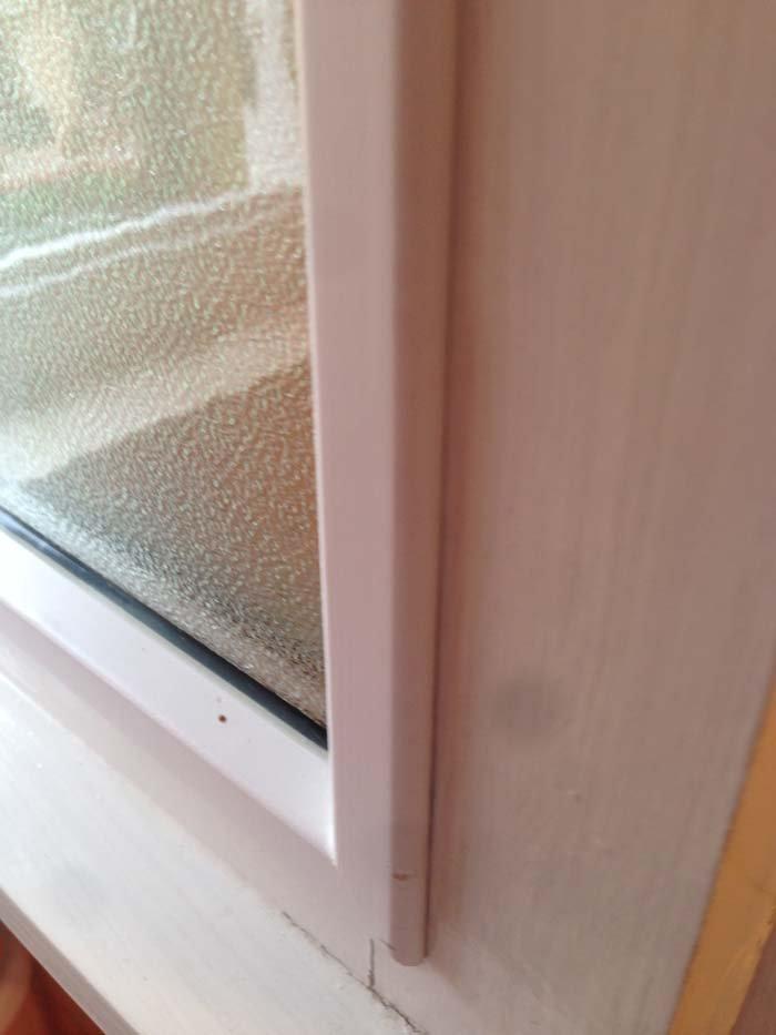 particolare di una finestra bianca con doppio vetro