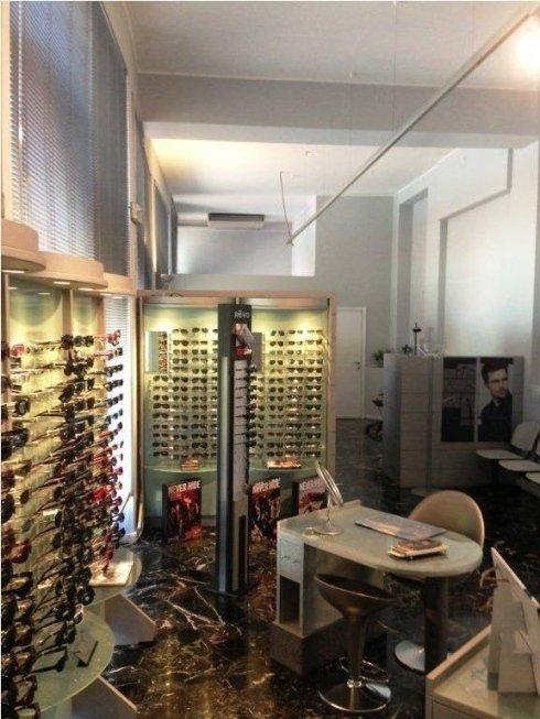Tavolini per prova occhiali per maggiore privacy
