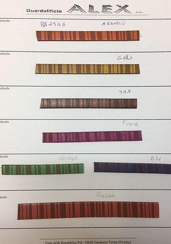 dei campioni di pelle in vari colori con delle righe