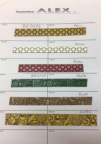 dei campioni di pelle in vari colori con dei disegni a fiori