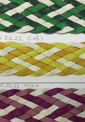 degli intrecci di pelle di color verde, giallo e viola
