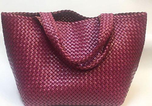 una borsa di pelle intrecciata  di color bordeaux