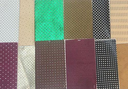 dei campioni di pelle per gli articoli in vari colori