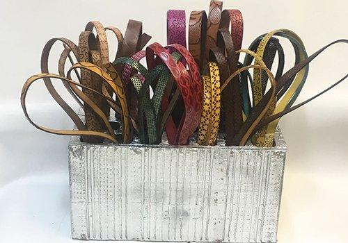 una scatola con dei campioni di strisce di pelle di vari colori