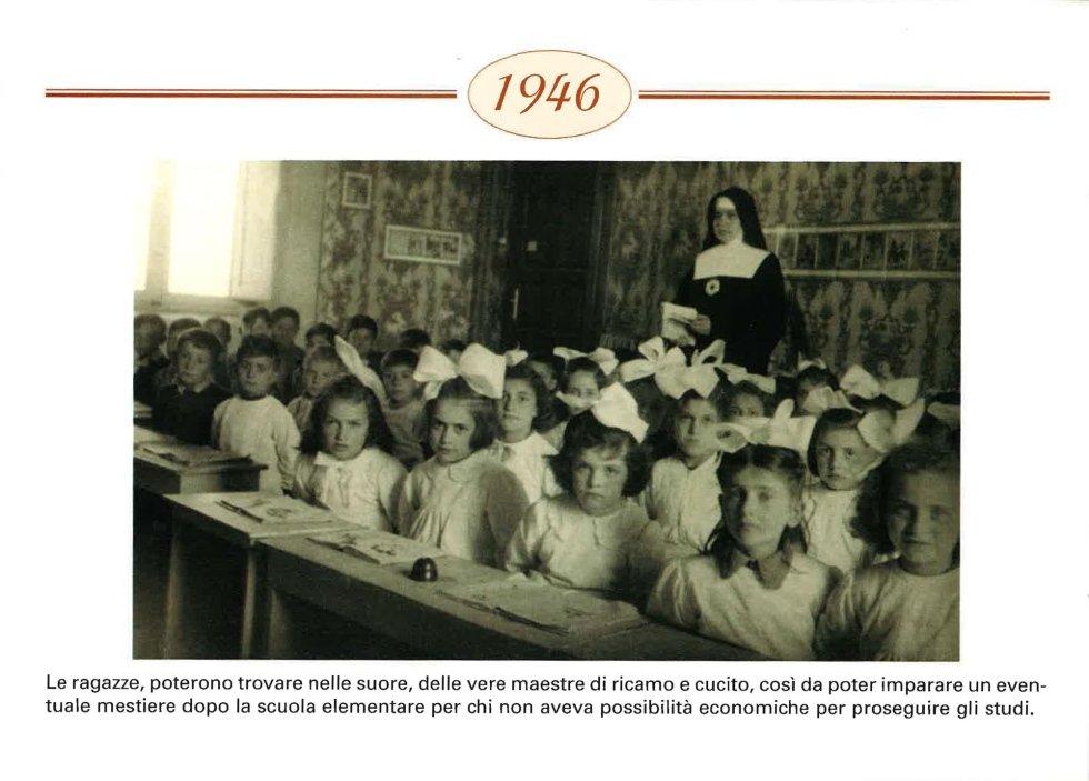 dei bambini seduti su banchi di scuola, foto in bianco e nero