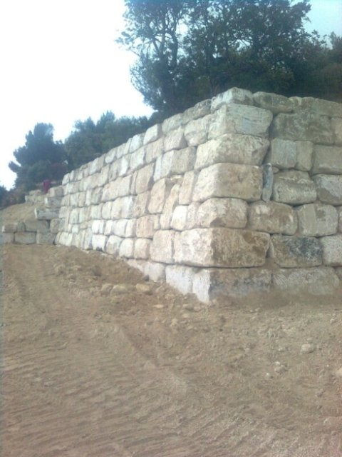 Muri di contenimento intagliati con mezzi meccanici