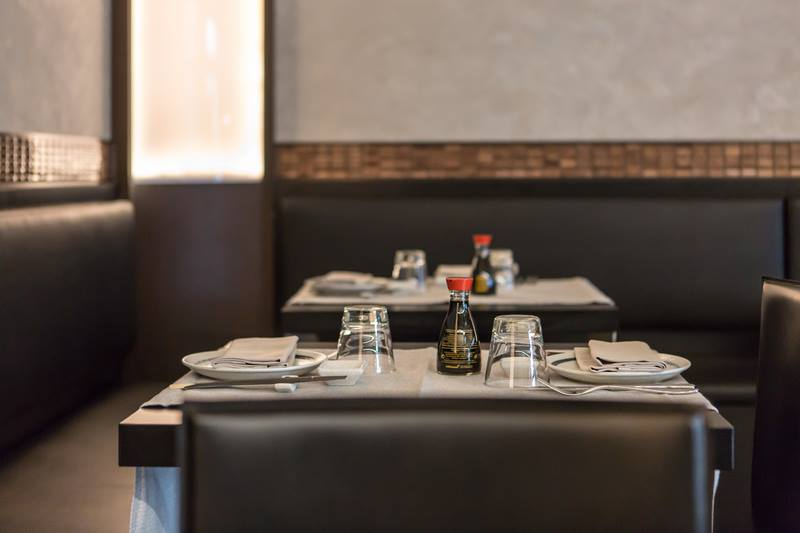 Tavolini eleganti all'interno di un ristorante