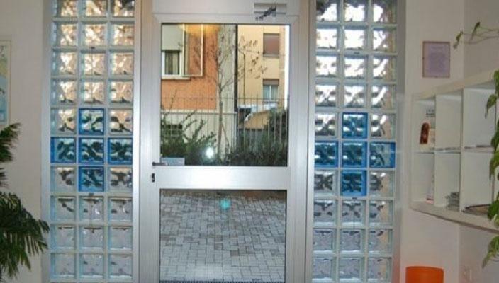 vista interna di una porta a vetri con visuale sull'esterno