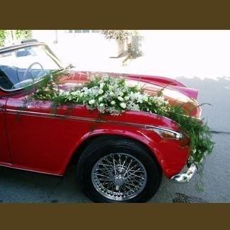 auto con fiori sul cofano
