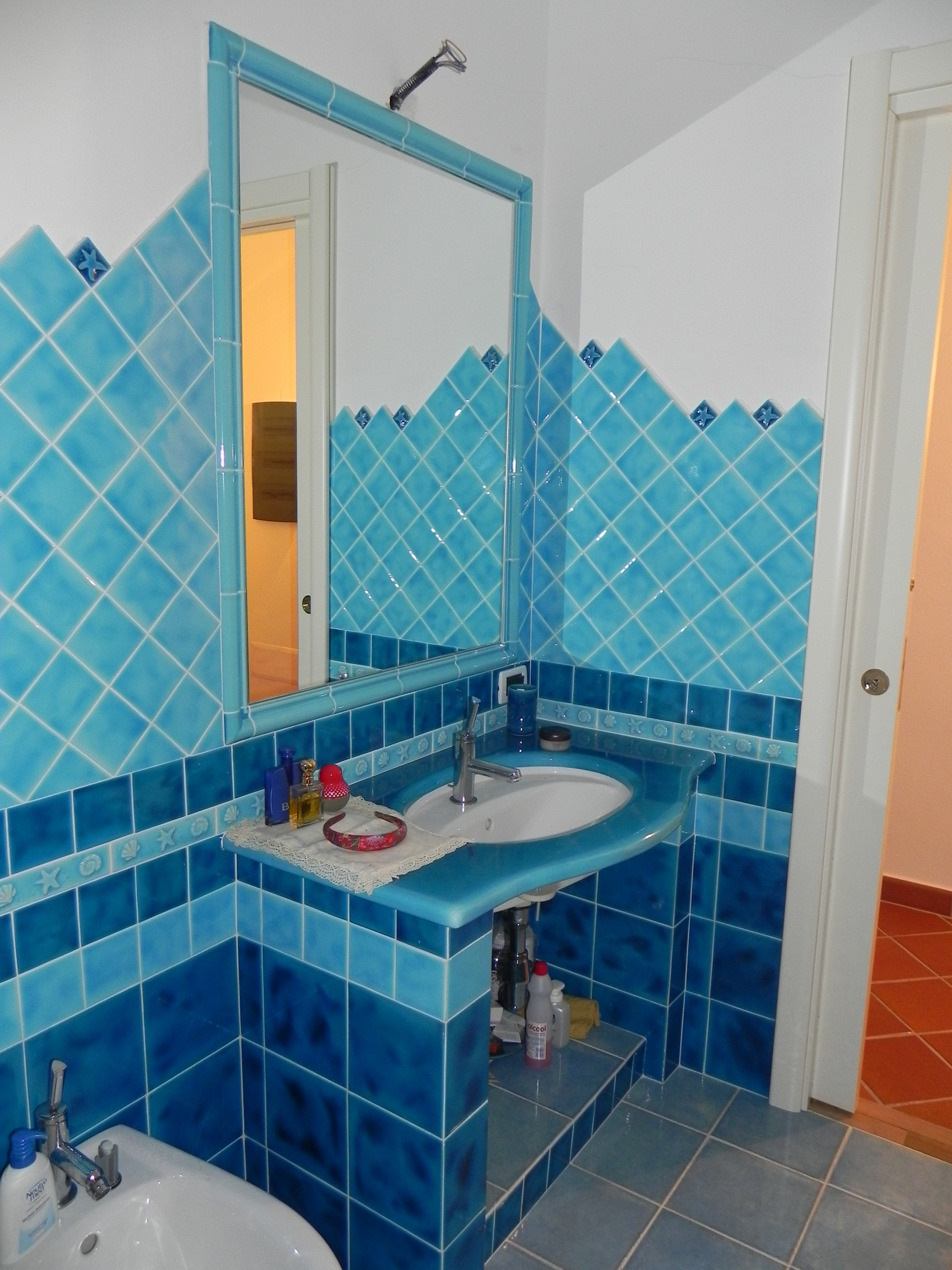 bagno con mattonelle blu a azzurre