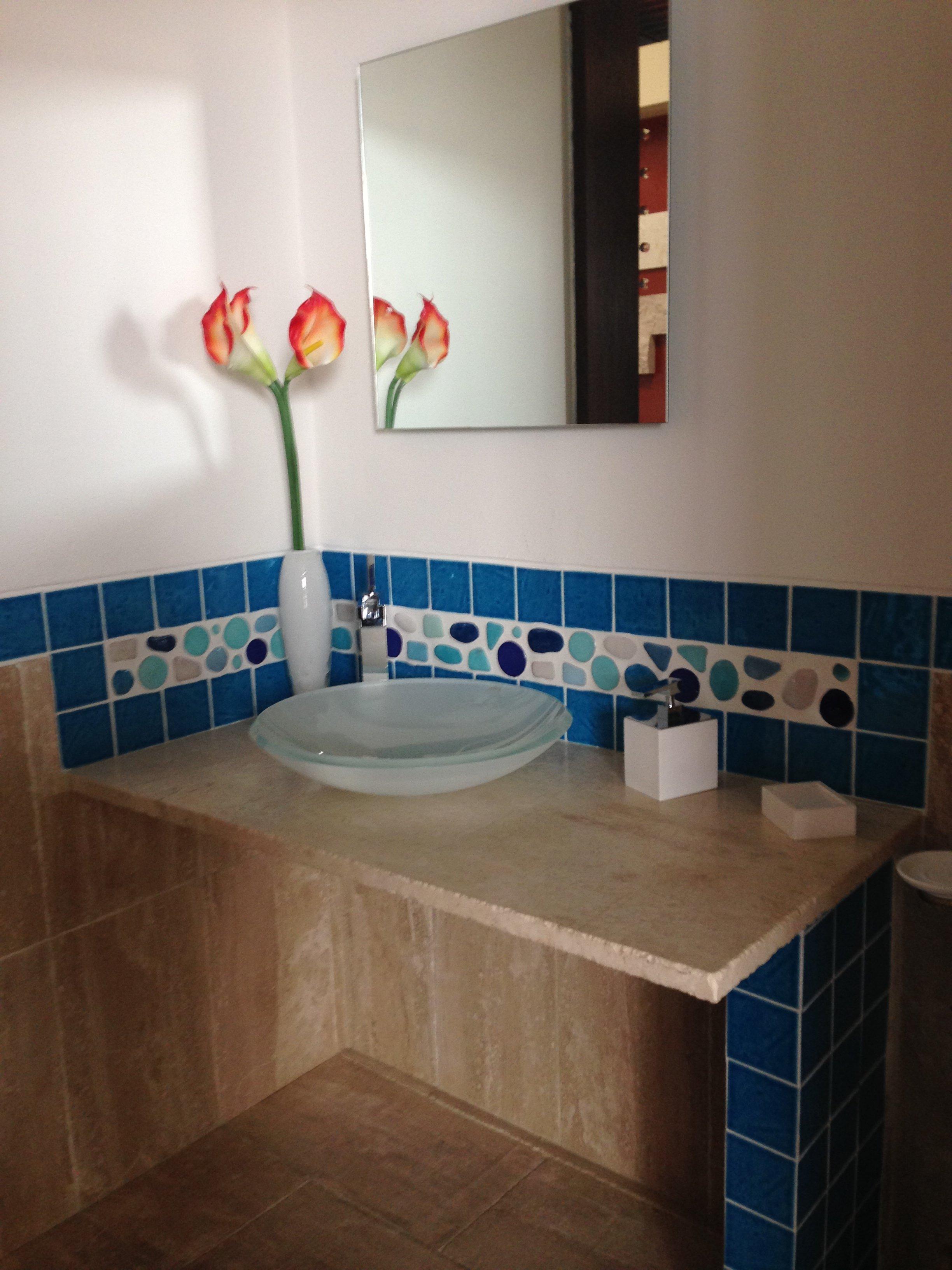 bagno con mattonelle in marmo blu
