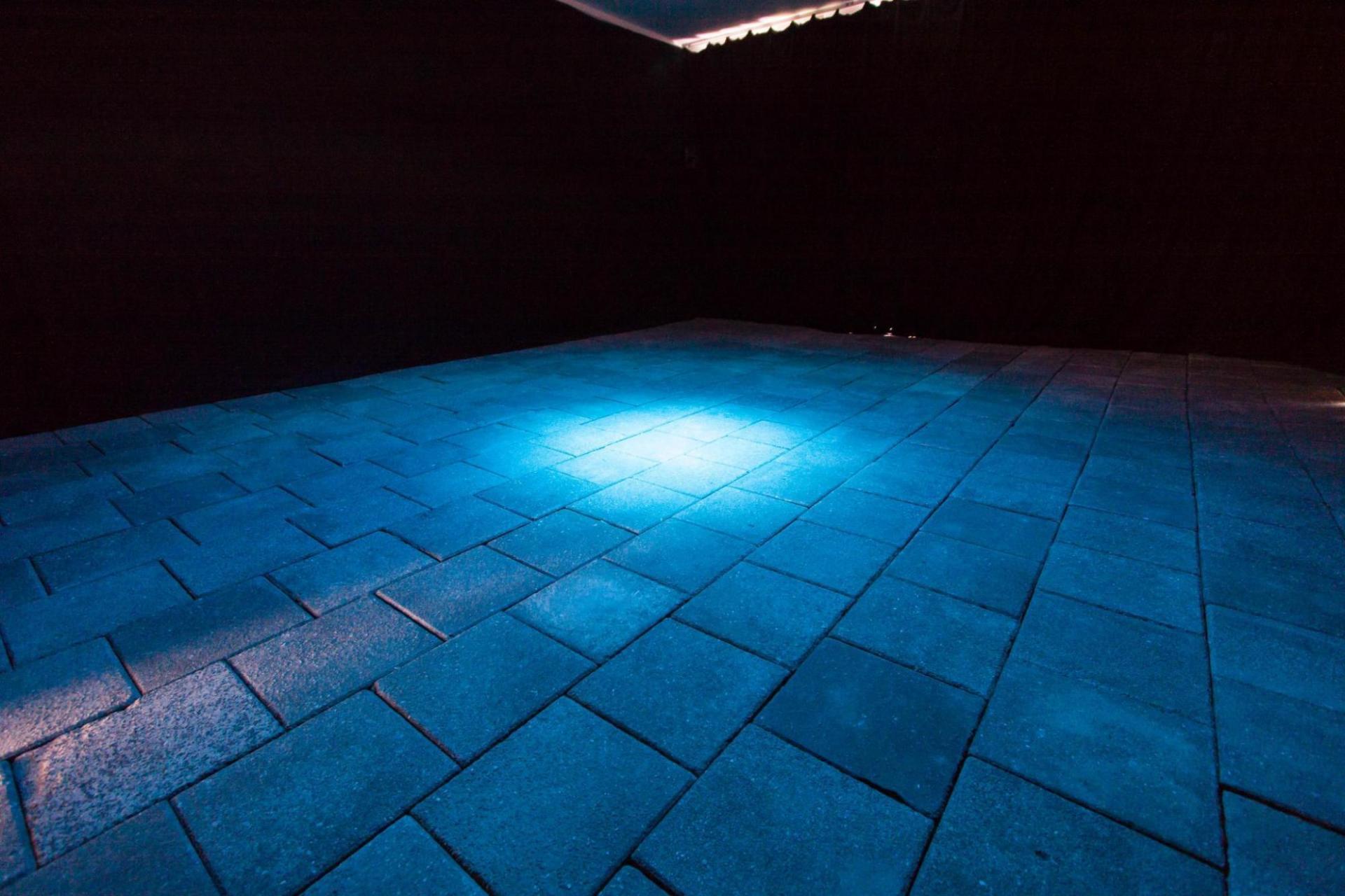 © Alex Smorenberg en Dennis Neumann - ruimtevullende installatie met geluis en beeld