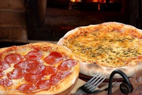 pizza con salame piccante e pizza alle verdure
