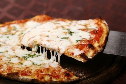 fetta di pizza con mozzarella colante