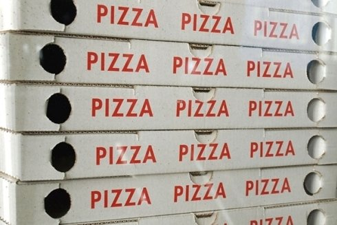 pila cartoni di pizza da asporto