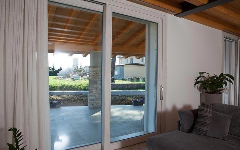 Porta finestra scorrevole in PVC e legno