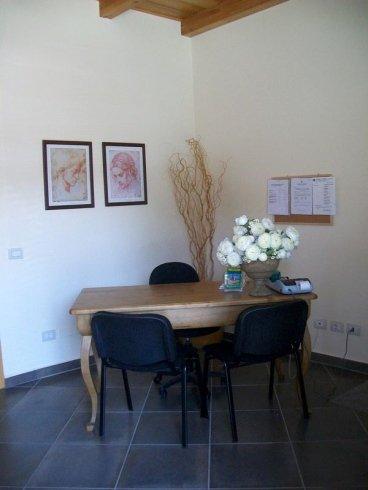 una scrivania e delle sedie