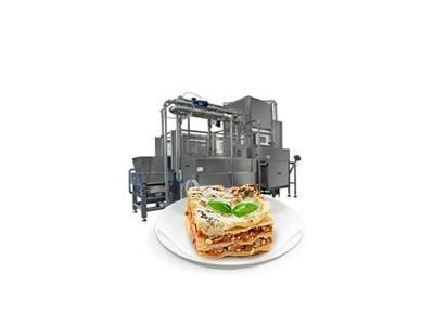 piatto di lasagne davanti a una macchina impastatrice