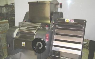Manual pasta roller