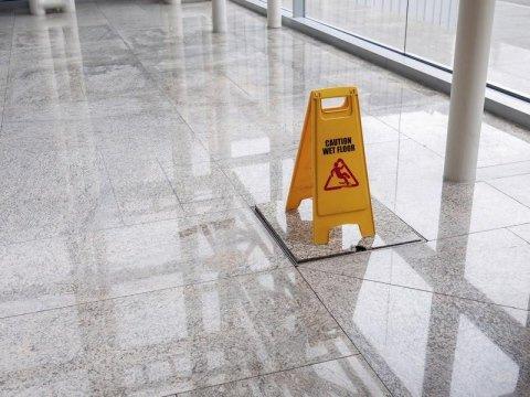 Attenzione pavimento bagnato da La Torre Service  di Modena