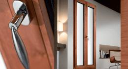 porta in alluminio con maniglia in primo piano