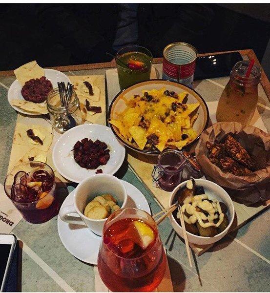 tavolo con aperitivi e succhi