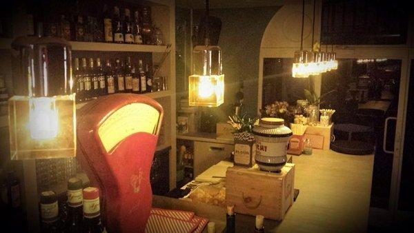 vista interna di la drogheria Mantova con vini e lampadine