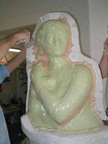 uno stampo in ceramica fresca raffigurante una donna