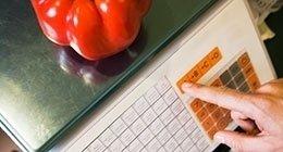 prezzatura di un peperone rosso sopra una bilancia