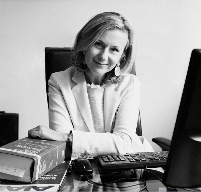 una foto in bianco e nero di un'avvocatessa alla scrivania
