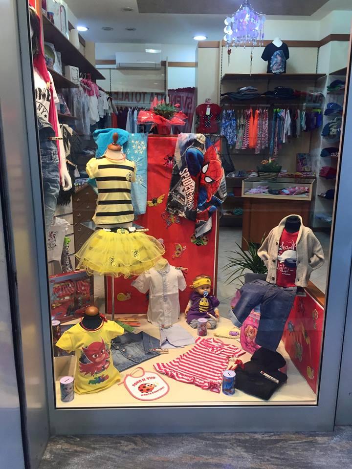 dell'abbigliamento da bambini visto dalla vetrina