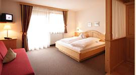 rustikale Zimmer, TV in den Zimmern, Einrichtungen aus Holz