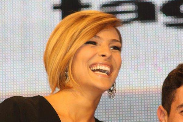 donna con caschetto  e capelli biondi mentre sorride