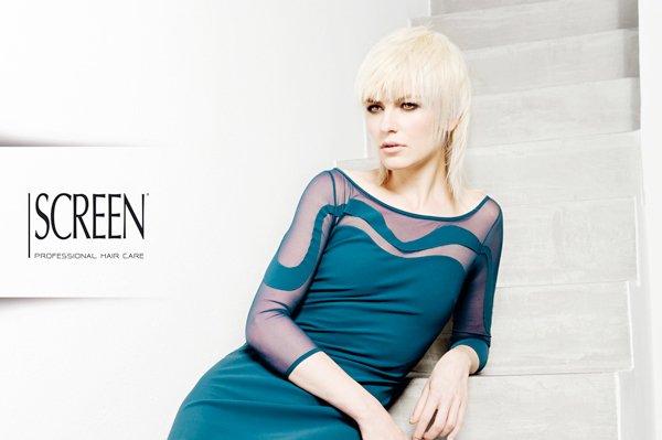 modella bionda in posa con vestito blu mare