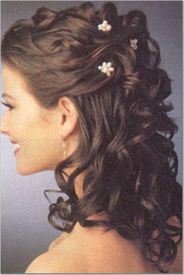capelli a boccoli con spille a forma di fiori