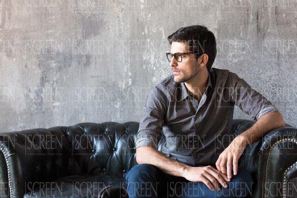 modello seduto su un divano