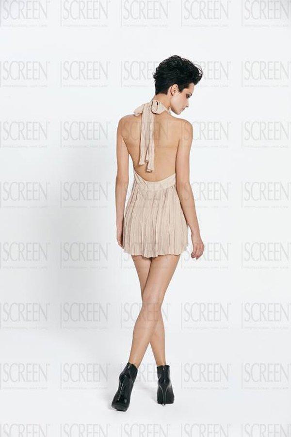 modella di spalle con capelli corti neri e vestito corto